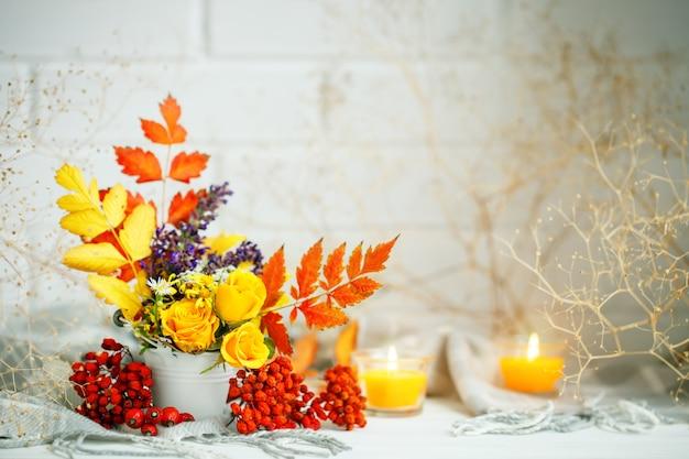 Hojas de otoño y flores sobre una mesa de madera. fondo de otoño con espacio de copia. bodegón otoñal. Foto Premium