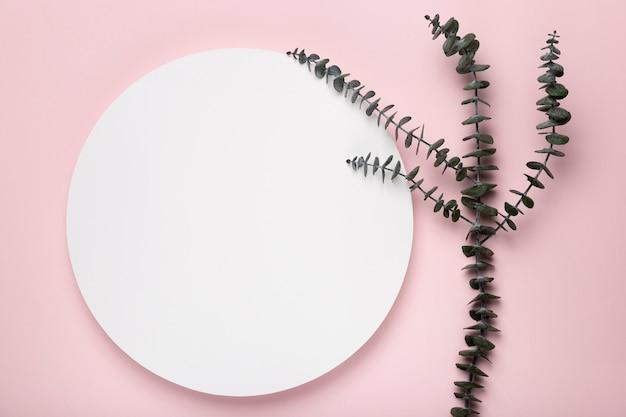 Hojas sobre fondo rosa con maqueta Foto gratis