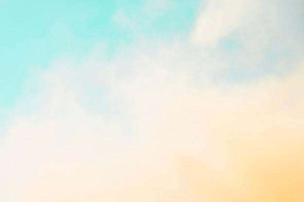Holi color extendido en frente del cielo azul Foto gratis