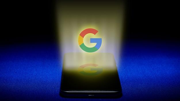 Holograma del logo de google. imagen del logotipo de google holograma sobre fondo azul. Foto Premium