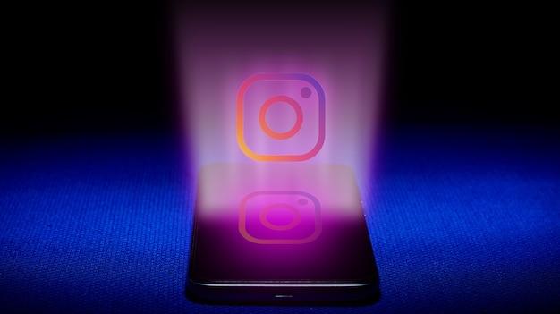 Holograma del logo de instagram. imagen del logotipo de instagram del holograma sobre fondo azul. Foto Premium
