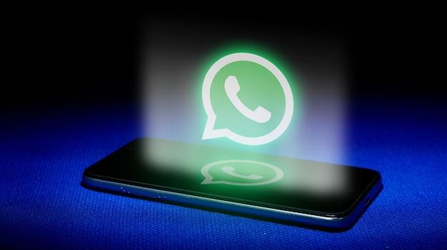 Holograma del logo de whatsapp. imagen del logotipo de whatsapp de holograma sobre fondo azul. Foto Premium