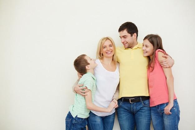 Hombre abrazando a su familia idílica Foto gratis