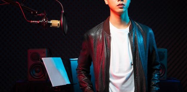 Hombre adolescente asiático cantar canción en voz alta potencia sonido Foto Premium