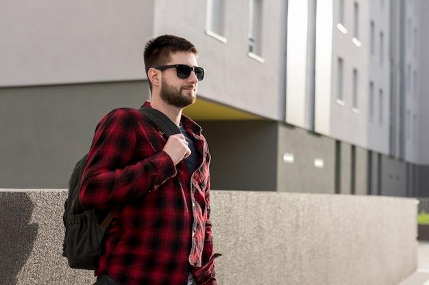 Hombre adulto en ropa casual con mochila. Foto gratis