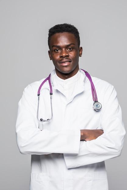 El hombre afroamericano del doctor negro con el estetoscopio aisló el fondo blanco. Foto gratis