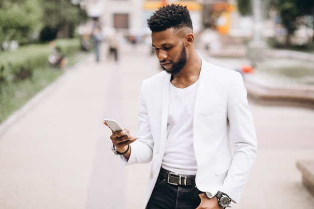 Hombre afroamericano que usa el teléfono Foto gratis