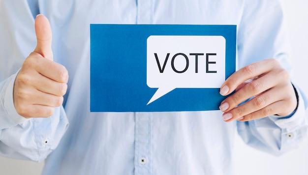 Hombre alentando la votación con un bocadillo de votación Foto gratis