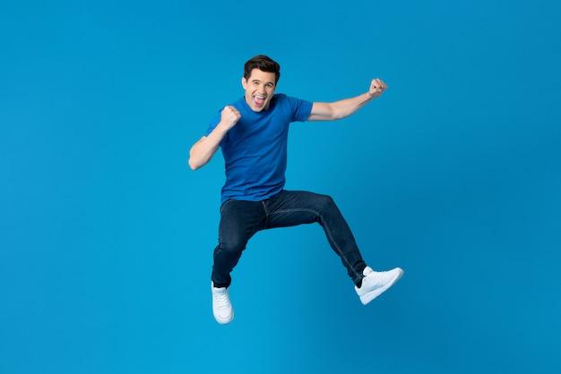 Hombre americano saltando y disfrutando su éxito. Foto Premium