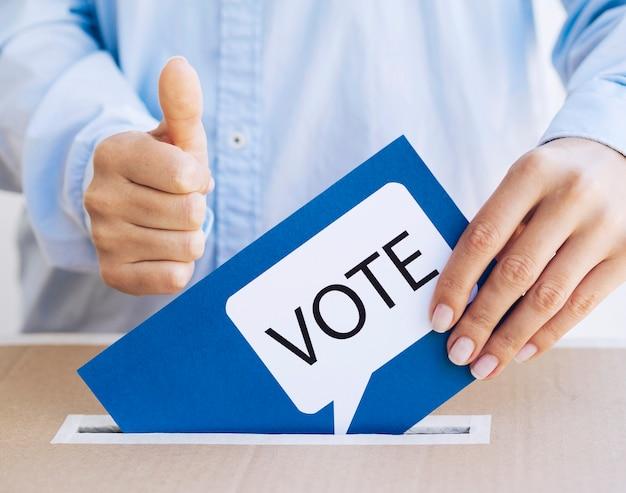 Hombre aprobando su elección en elecciones Foto gratis