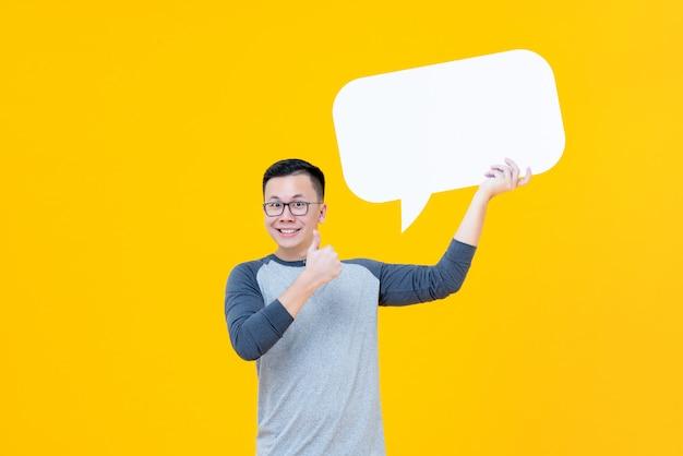 Hombre asiático dando pulgares hasta bocadillo de diálogo vacío Foto Premium