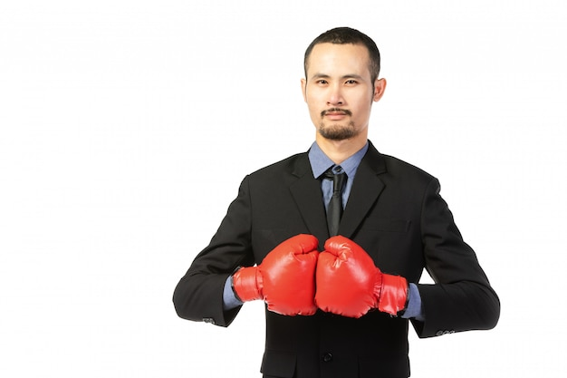 Hombre asiático de negocios listo para luchar con guantes de boxeo. Foto Premium