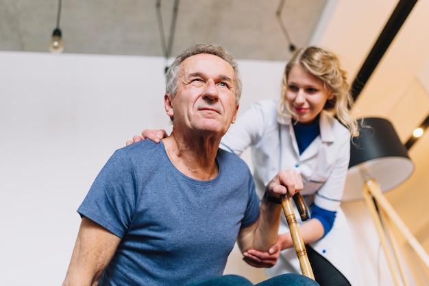 Hombre en asilo de ancianos Foto gratis