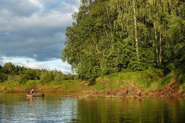 Un hombre atrapa peces en el río Foto Premium