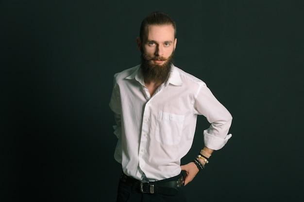 Hombre con barba estilo hipster Foto gratis