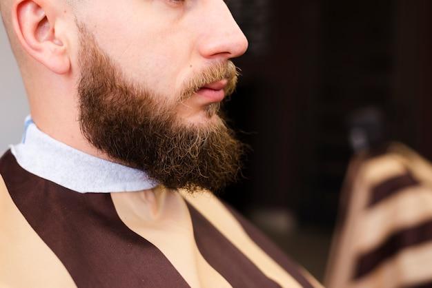 Hombre con barba hermosa cerca Foto gratis