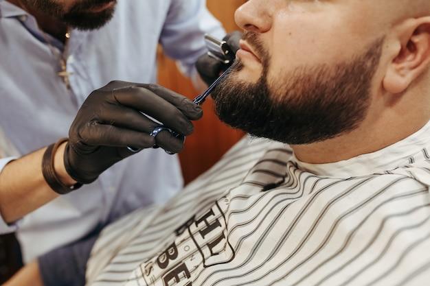 Hombre en la barbería. Foto gratis