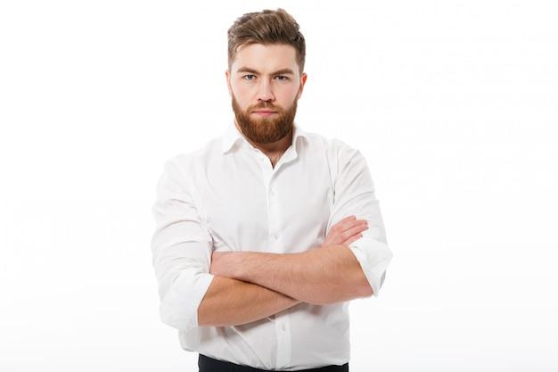Hombre barbudo serio en ropa de negocios buscando Foto gratis