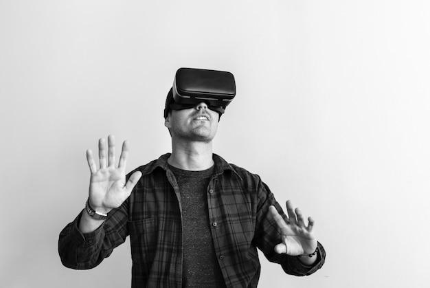 Hombre blanco experimentando realidad virtual con auriculares vr Foto gratis