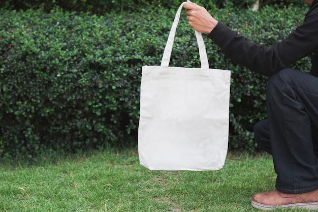 Hombre con bolsa de tela de lona para maqueta, concepto de