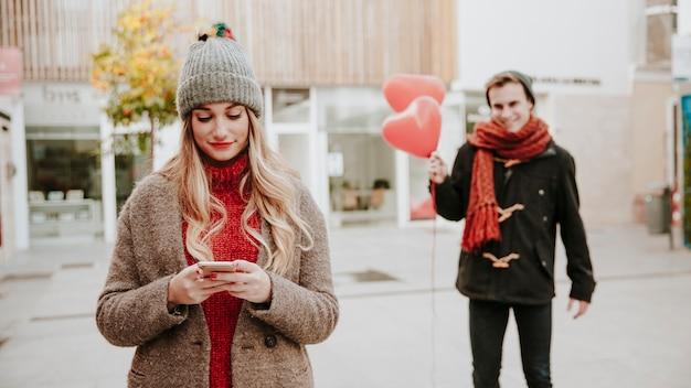 Hombre caminando a la mujer con globos Foto gratis