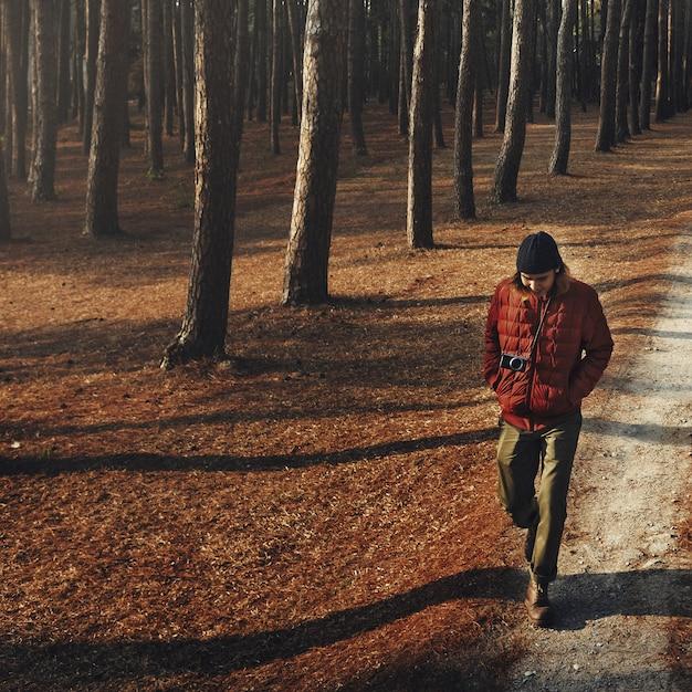 Hombre caminando solo acampando concepto wanderlust Foto Premium