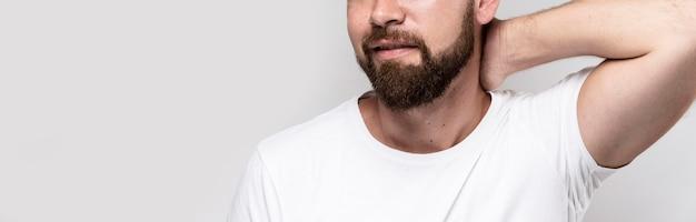 Hombre de camiseta blanca con espacio de copia Foto Premium