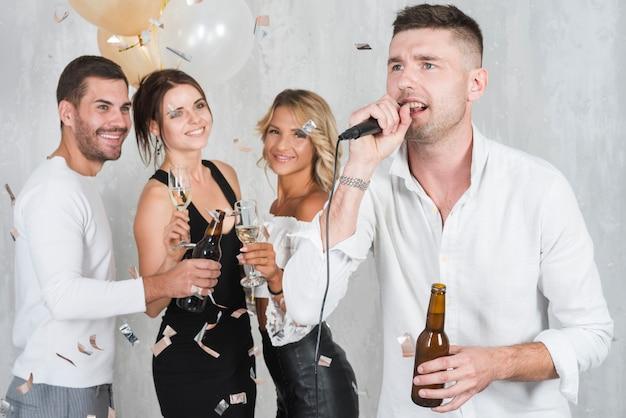 Hombre cantando karaoke Foto gratis