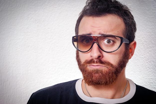 Hombre caucásico con lentes rotos de lujo Foto Premium