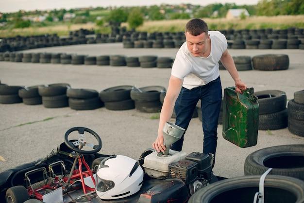 Hombre en un circuito de karting con un auto Foto gratis