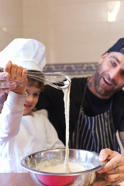 Hombre cocinando con canci n en cocina descargar fotos for Cocinando con sergio en la1