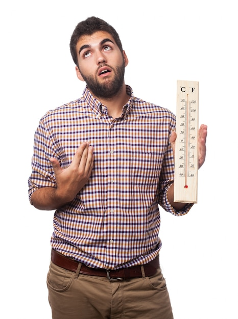 Hombre con calor y un termómetro Foto Gratis