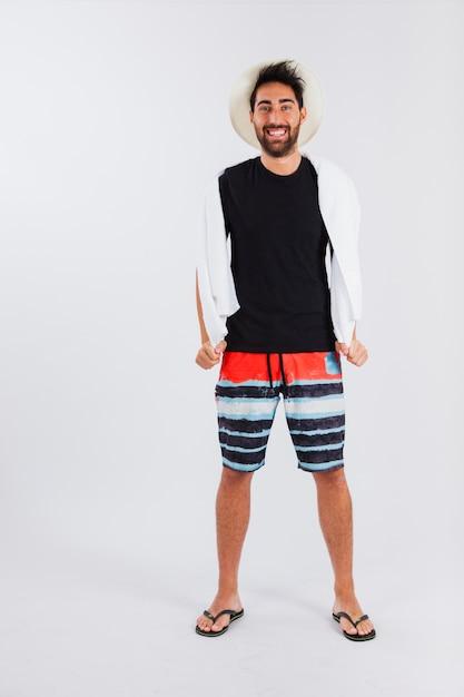 Hombre con sombrero en ropa de playa | Descargar Fotos gratis