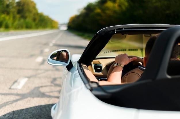 Hombre, conducción, coche, primer plano Foto gratis