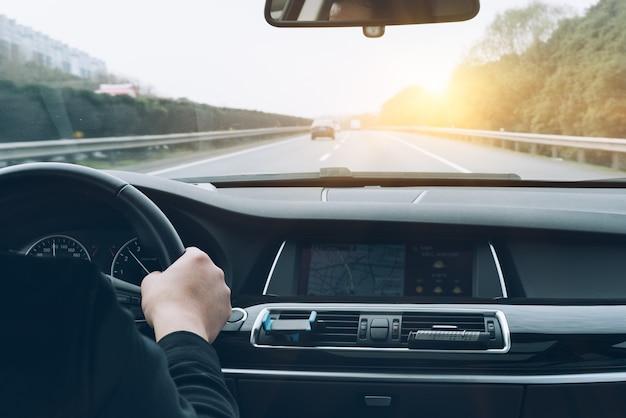 Hombre, conducción, coche, trasero, vista Foto gratis