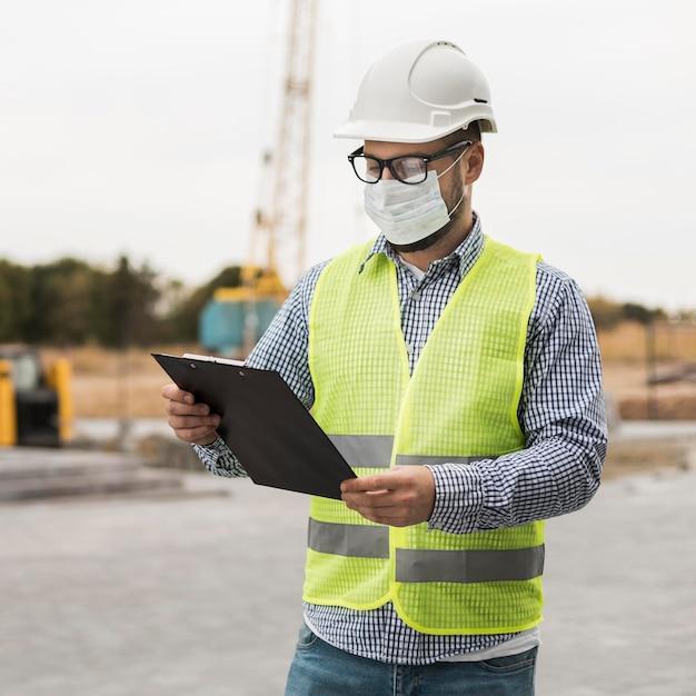 Hombre constructor con máscara de protección Foto gratis