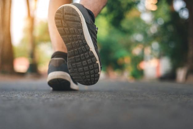 Hombre corriendo en el parque con zapatos de cerca Foto Premium