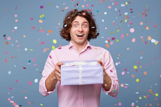Hombre de cumpleaños acepta felicitaciones Foto gratis