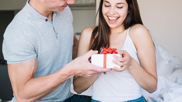 1963bbb1abf7 Hombre dando caja de regalo a mujer joven | Descargar Fotos gratis