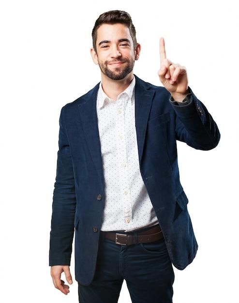 Hombre con un dedo levantado Foto gratis