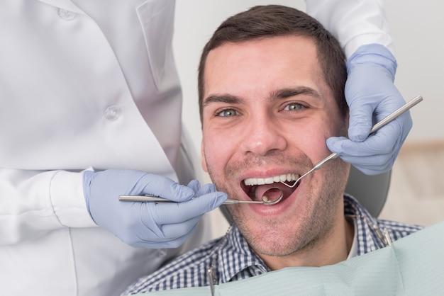 Hombre en el dentista Foto gratis
