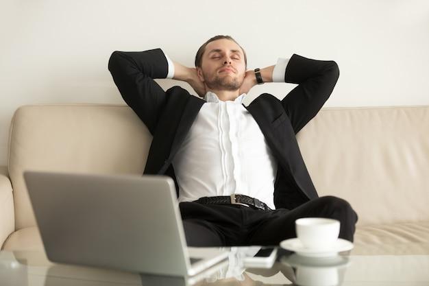 Hombre descansando después de completar un trabajo importante. Foto gratis