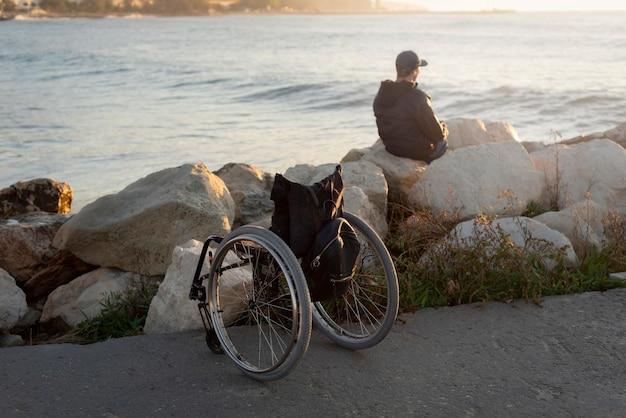 Hombre discapacitado de tiro completo en la playa Foto gratis