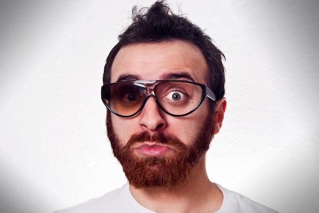Hombre divertido con gafas rotos de lujo Foto Premium