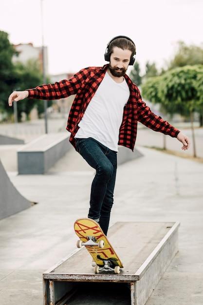 Hombre divirtiéndose en el skate park Foto gratis