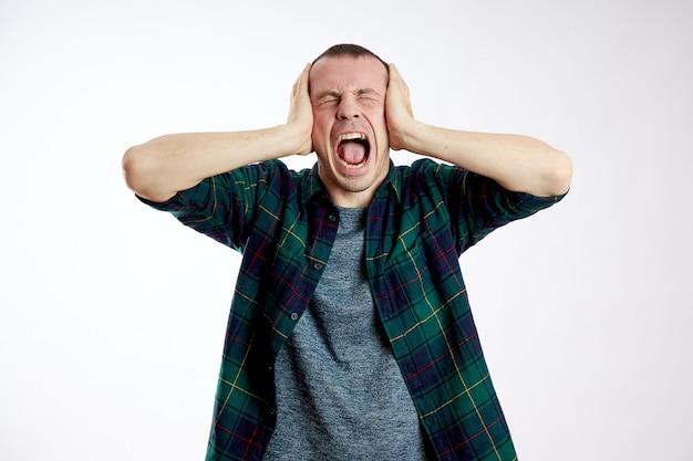 Hombre dolor de cabeza severo, mala salud, enfermedad, migraña, cáncer de cerebro Foto Premium