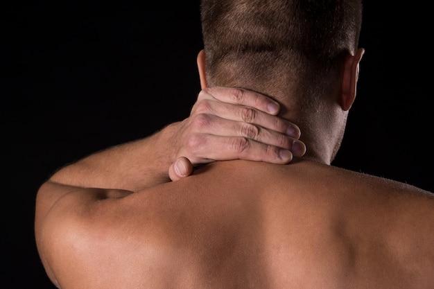 Hombre con dolor de cuello Foto gratis