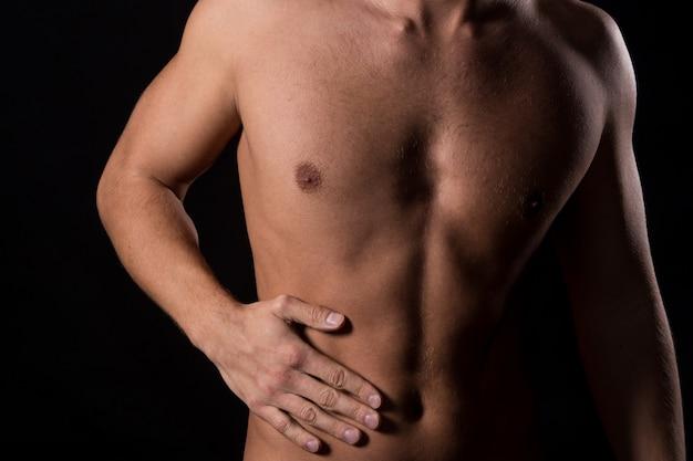 Hombre con dolor de estomago Foto gratis