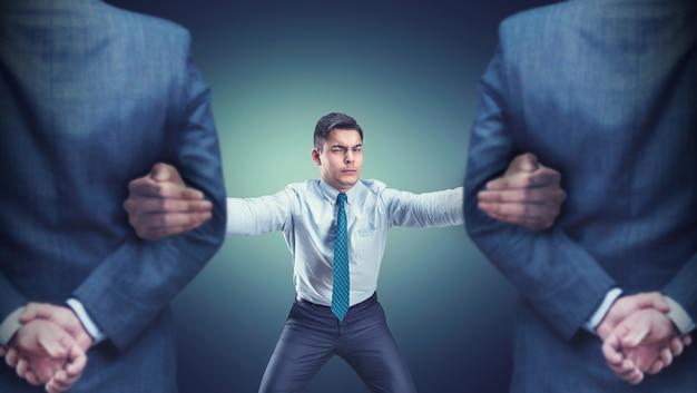 Hombre con dos guardias Foto Premium