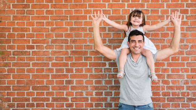 Hombre e hija celebrando el día del padre Foto gratis